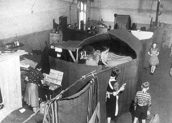 Bunkerwohnung des Lagers Empelde, Mai 1948.